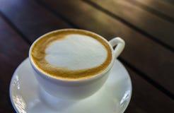 Barista che fa una tazza di caffè s Immagine Stock Libera da Diritti