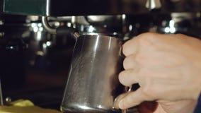 Barista che prepara bevanda in macchinetta del caffè video d archivio