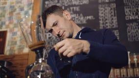 Barista che prepara caffè in macchinetta del caffè alternativa in 4K video d archivio