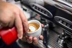 Barista che prepara cappuccino adeguato Fotografie Stock Libere da Diritti