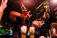 Barista che prepara i cocktail di mojito in night-club Fotografia Stock
