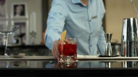 Barista che prepara un cocktail nell'interno di lusso della barra Primo piano archivi video