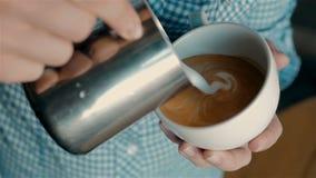 Barista che produce caffè con arte del latte stock footage