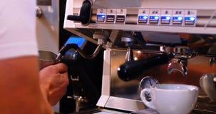 Barista che produce caffè con la macchinetta del caffè stock footage