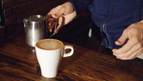 Barista che produce il caffè di arte del latte 4K stock footage
