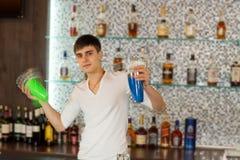 Barista che scuote un cocktail di martini immagine stock
