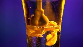 Barista che versa il cocktail con liquido bianco video d archivio