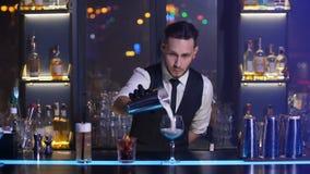 Barista che versa l'agitatore del feom della bevanda alcolica video d archivio