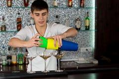 Barista che versa un cocktail fotografie stock libere da diritti