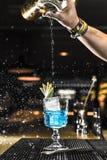 Barista che versa un cocktail in un vetro Fotografia Stock