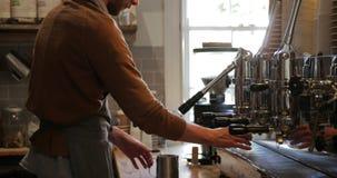 Barista Cleaning de Koffiemachine stock video