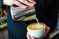Barista Coffee Brewing stock afbeeldingen