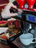 Barista Coffee Brewing stock afbeelding