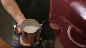 Barista comienza a cocer la leche al vapor para el café Cierre para arriba almacen de metraje de vídeo