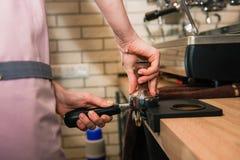 Barista con el tenedor de la máquina del café imágenes de archivo libres de regalías