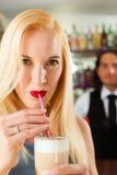Barista con il cliente nel suo caffè o coffeeshop Fotografia Stock Libera da Diritti