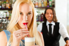 Barista con il cliente nel suo caffè o coffeeshop Fotografia Stock