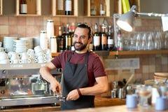 Barista con il supporto ed il compressore che fanno al caffè Fotografie Stock