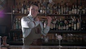 Barista con l'agitatore che fa cocktail nella barra moderna Bevanda bella di scossa del barista archivi video