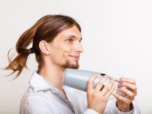 Barista dai capelli lunghi che scuote testa Fotografie Stock Libere da Diritti