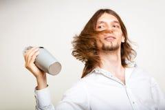 Barista dai capelli lunghi che scuote testa Immagini Stock