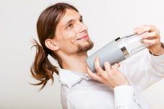 Barista dai capelli lunghi che scuote testa Fotografia Stock Libera da Diritti