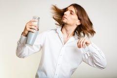 Barista dai capelli lunghi che scuote testa Fotografie Stock