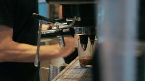 Barista danandekaffe i kaffemaskin på en upptagen coffee shop arkivfilmer