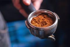 Barista, das einen Espressokaffee macht Stockfoto