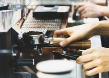 Barista, das in einer Kaffeestube, Abschluss oben von barista arbeitet, dr?ckt gemahlenen Kaffee unter Verwendung des Besetzers,  stockfoto