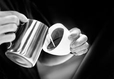 Barista, das in einer Kaffeestube, Abschluss oben von barista arbeitet, dr?ckt gemahlenen Kaffee unter Verwendung des Besetzers,  stockbilder