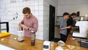 Barista, das Heißwasser auf braunem Kaffeesatz durch Tropfenfängerfilter gießt stock footage
