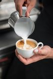 Barista, das Ihren Kaffee tut Stockbild