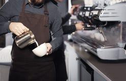 Barista, das Kaffee bildet Lizenzfreies Stockfoto