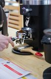 Barista, das Kaffee in der Kaffeemaschine macht stockfoto