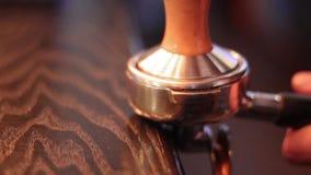 Barista, das Kaffee in einer Kaffeestube zubereitet stock video