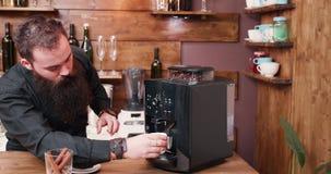 Barista, das Kaffee zubereitet stock footage