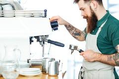 Barista, das Kaffee zubereitet lizenzfreie stockfotos