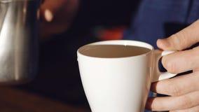 Barista, das Kunst Lattekaffee macht stock video footage