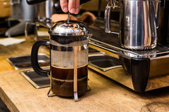 Barista, das nicht traditionellen Kaffee in der französischen Presse macht stockfotografie