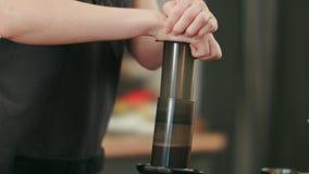 Barista, das schwarzes coffe mit aeropress vorbereitet Lizenzfreie Stockfotografie
