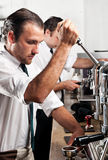 Barista de café au travail Photographie stock libre de droits