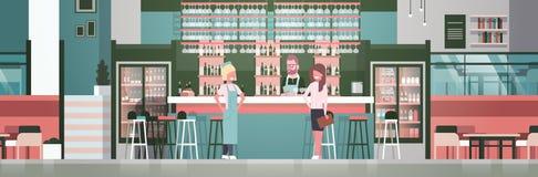 Barista della roba di Antivari, cameriere And Administrator Standing al contatore sopra le bottiglie di alcool e vetri su fondo Immagini Stock