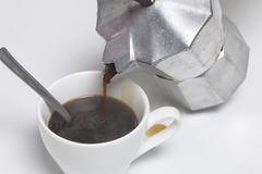 Barista derrama o café de uma máquina do café do geyser em um copo imagem de stock