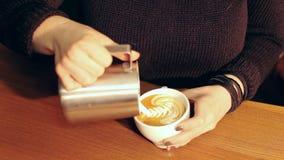 Barista die een kop van hete koffie, vrij puring latte art. maken stock footage