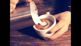 Barista die een kop van hete koffie, vrije puring latte kunst maken, stock videobeelden