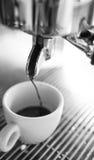 Barista die een kop van koffie s maken Royalty-vrije Stock Foto