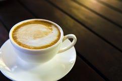 Barista die een kop van koffie s maken Stock Foto's