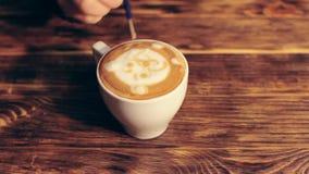 Barista die een leuke lattekunst maken - dragen stock footage