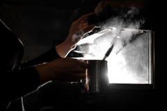 Barista die een melk in de ceffeemachine maken Stock Afbeeldingen